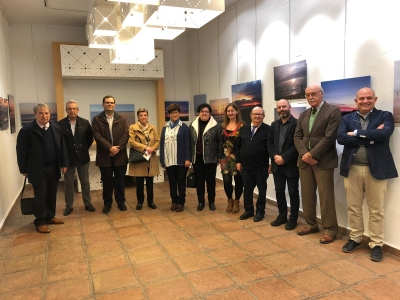 Foto de familia del autor de la muestra junto a autoridades