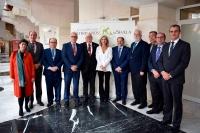 Foto de familia de los colegiados de honor con los presidentes de los Colegios Profesionales de Andalucía