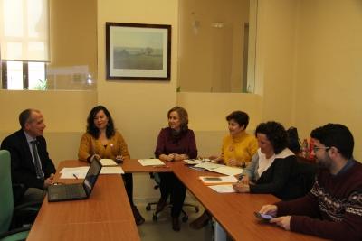 En el centro, la directora de la Unidad de Igualdad, María Rosal, con los integrantes del jurado