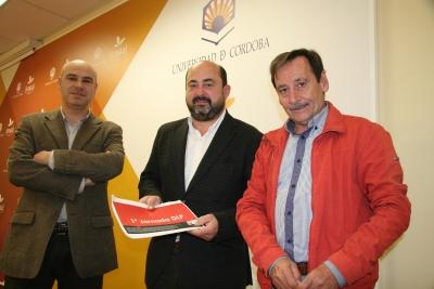De izda. a dcha., Francisco Palomares, Manuel Torres y Antonio Fernández con el documento que recoge la iniciativa