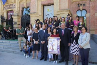 Foto de familia de autoridades, alumnado del IES  Fray Bartolomé de las Casas y la ganadora del premio