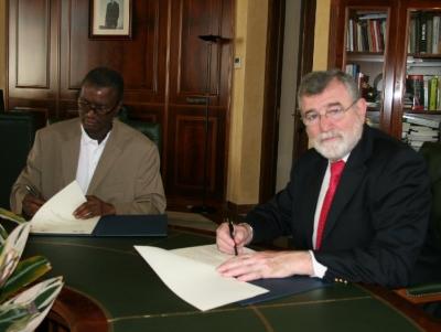 El rector de la Universidad de Córdoba, José Manuel Roldán y director general de la Escuela de Minas, Industria y Geología de Niamey (Niger), Iliassou Alzouma Boubacar