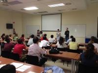 La vicerrectora de Relaciones Internacionales saluda a los alumnos en la primera de las charlas