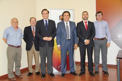José Carlos Gómez Villamandos y Raúl Aguayo Corraliza (tercero y cuarto por la izquierda), con participantes de ambas entidades en el desarrollo del convenio.