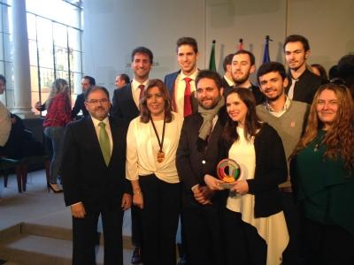 La presidenta Susana Díaz con los integrantes del Aula de Debate y representantes de la UCO asistentes al acto.