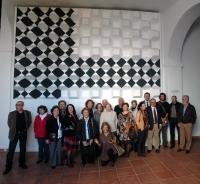 El mural y varios de los asistentes a la inauguración