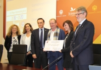 Los dos premiados acompañados por el rector y el vicerrector de Planificación Académica y Calidad e integrantes del Comité Ejecutivo