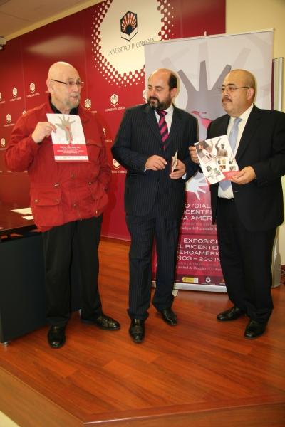 Miguel Rojas Mix, Manuel Torres y José Mariscal, posan con el cartel del Foro