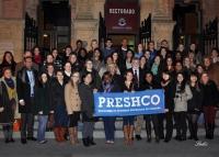 Alumnos y profesores de Preshco , en la puerta del Rectorado