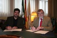 De izquierda a derecha, Guillermo Palacios y el rector, José Manuel Roldán, durante la firma del acuerdo.