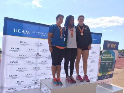 María Torres, Oasrumen Odeh y Carmen Sanz en el podium