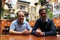 Tomás López-Guzmán y Javier Jiménez Beltrán, del Departamento de Economía Aplicada de la UCO, posan en una de las tabernas típicas de Córdoba donde se realizó el estudio de campo