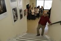 Jose Antonio Grueso y personal de la Biblioteca en la zona en la que ha quedado instalada la colección fotográfica