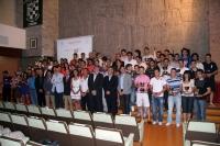 Premiados y autoridades académicas posan con los trofeos tras finalizar el acto