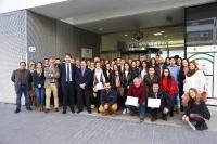 Foto de familia de autoridades y participantes en el programa de becas