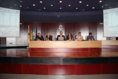 Mesa del Claustro al inicio de la sesión extraordinaria para la aprobación de los nuevos Estatutos.