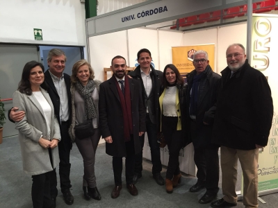 En el centro de la imagen (el cuarto por la izquierda), el vicerrector de Estudiantes Alfonso Zamorano y representantes universitarios ante el stand de la Universidad de Córdoba