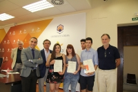 Autoridades y estudiantes galardonados, al término del acto de entrega de premios.