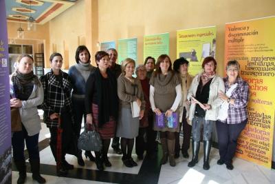 En el centro, Carmen Galán y Mercedes Bermúdez, con organizadores de la muestra y participantes en el taller posterior a la inauguración de la exposición.