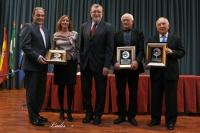 La presidenta del Consejo Social y el rector junto con los premiados