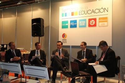 En el centro, el rector durante su intervención en la mesa coloquio sobre la internacionalización de las universidades españolas