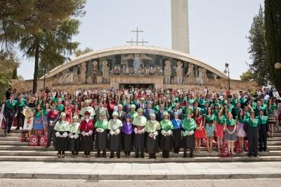 Alumnos y profesores tras el acto de graduación