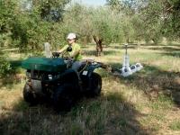 Una de las investigadoras del grupo trabajando en la localización de acuíferos