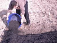 El investigador Manuel Olmo aplica biocarbón en una parcela experimental