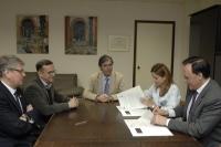 A la derecha, la directora gerente del hospital y el rector de la UCO, durante la firma del convenio
