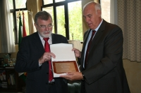 Roldán (izq) recibe de Borrell  la placa conmemorativa