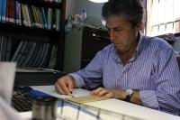 Juan Pedro Monferrer trabaja con la hoja recuperada con el códice médico expoliado en la Guerra Civil Siria