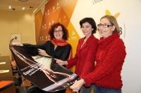 De izda. a dcha., Mar Montávez, Mar Domínguez y Carmen Blanco con el cartel de la Semana de la Danza