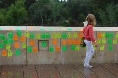 Varios mensajes dejados sobre el Puente Romano con motivo de la actividad 'Tengo ganas de Europa'