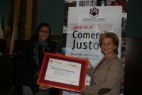 Mona El Sayed (izq) entrega el título a Carmen Galán