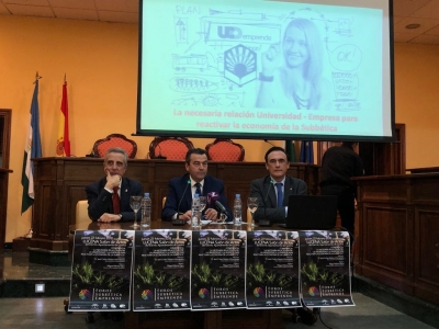 A la derecha, el rector durante su participación en el acto celebrado anoche en el Ayuntamiento de Lucena