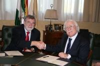 El rector, José Manuel Roldán y el profesor Cataldo Salerno, estrechan sus manos tras la firma del acuerdo