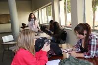La responsable de la investigación, Eva Romera, posa junto a varias alumnas de la Facultad de Ciencias de la Educación