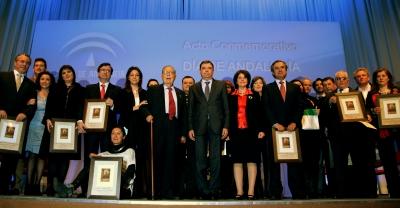 Los galardonados, con sus distinciones, una vez finalizado el acto