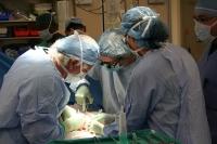 Varios médicos realizan un trasplante en una imagen de archivo
