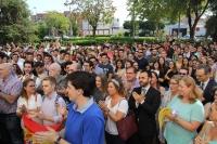 Profesorado, PAS y estudiantes aplauden tras la lectura del manifiesto.