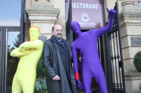 Manuel Torres con las siluetas amarilla y morada
