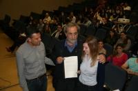 Jose Chamizo, en el centro, recibe las conclusiones de los estudiantes