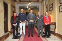 El rector en el centro, junto a la vicerrectora de Políticas Inclusivas y Vida Universitaria y representantes de la Federación