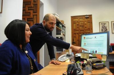 Mª Dolores Amo y Enrique Quesada repasan el funcionamiento de la plataforma sobre la que se pueden realizar las inscripciones del programa