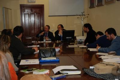 Juan Cano (izq) durante su intervención