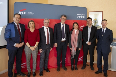Foto de familia de los representantes de las universidades participantes