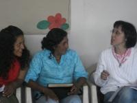 La profesora Amelia Sanchís (derecha) conversa con dos mujeres en Pocayán