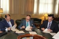 De izquierda a derecha, Librado Carrasco, Arturo Molinero y  José Carlos Gómez Villamandos en el momento de la firma de los acuerdos