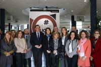 Foto de familia del rector con decanos y directores, a la entrada de OrientaUCO