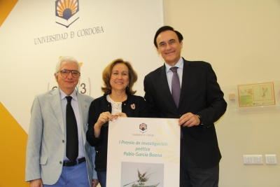 De izquierda a derecha, Luis Ortiz García, María Rosal Nadales y José Carlos Gómez Villamandos, con el cartel del premio.